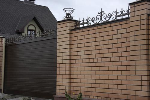 откатные ворота дополненные ковкой